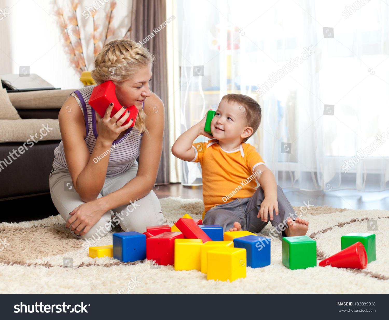 可爱的妈妈和孩子男孩室内玩耍-教育