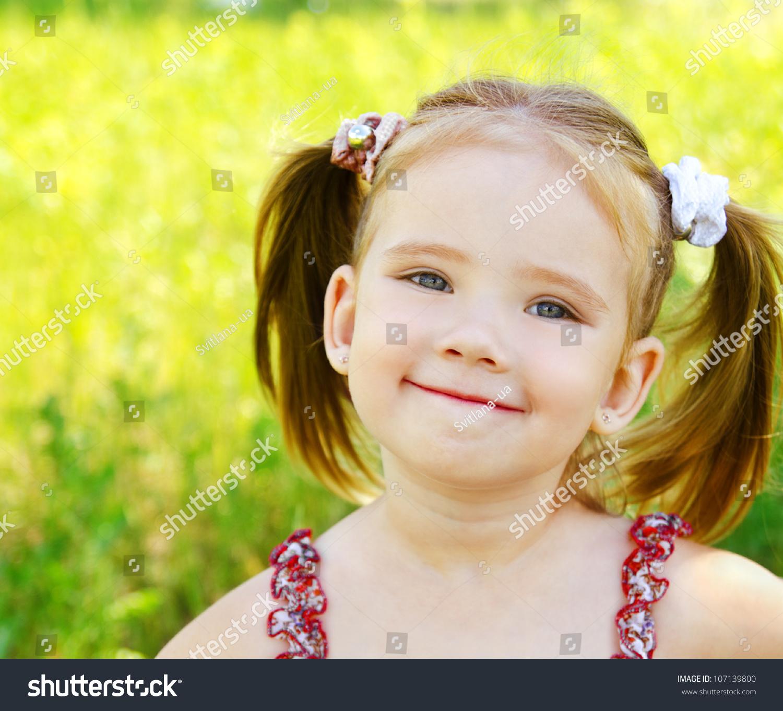 可爱的小女孩在草地上的夏日-人物