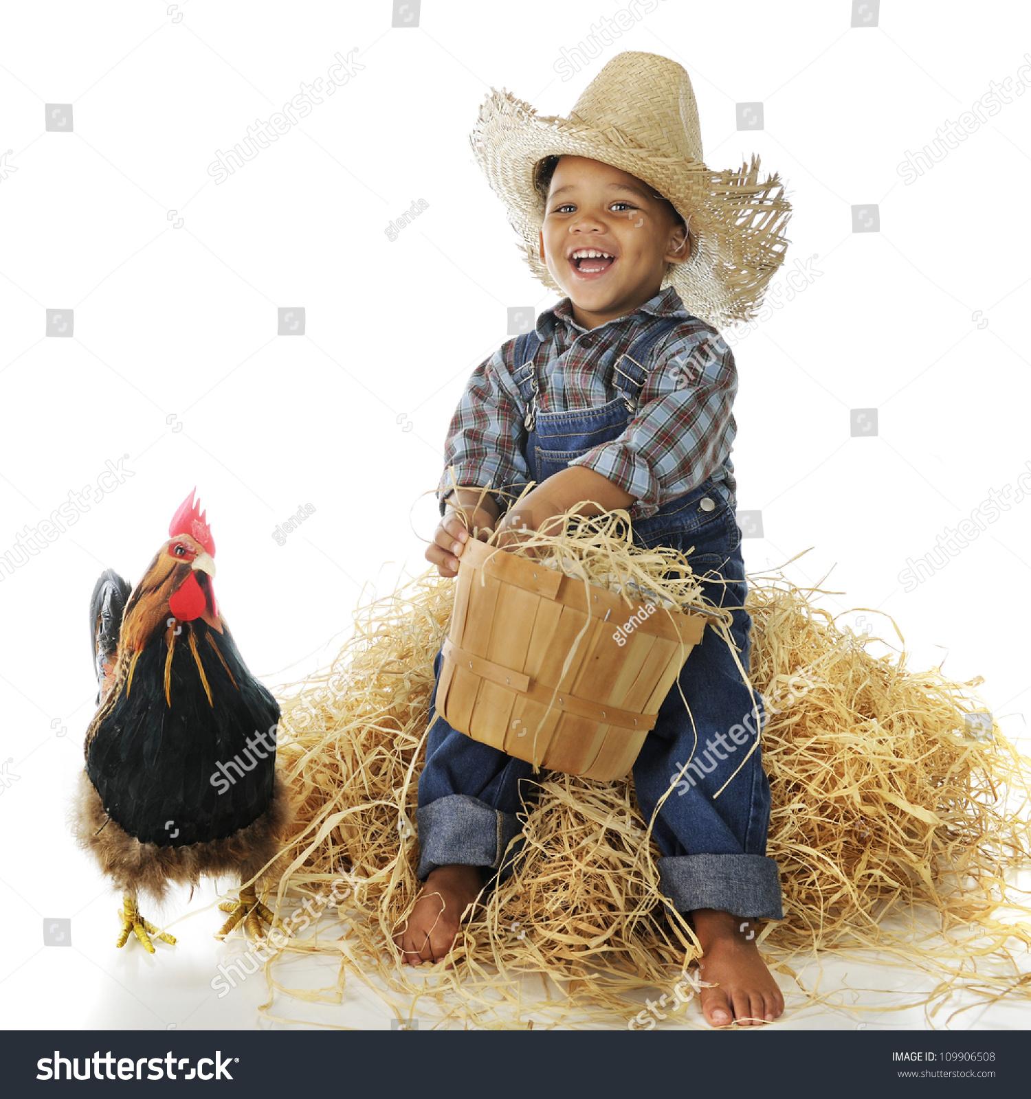一个可爱的混血儿农场男孩拿着满满一篮子鸡蛋坐在