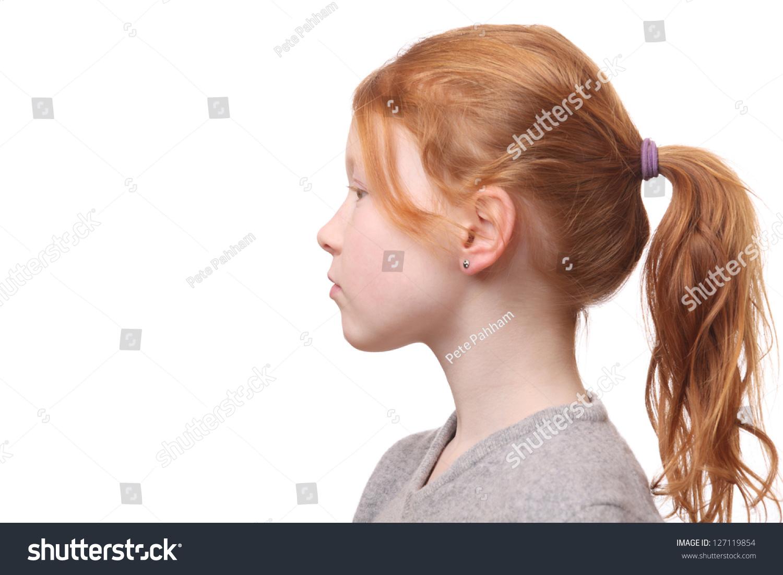 年轻的红头发的马尾辫的女孩的画像在白色背景上-人物
