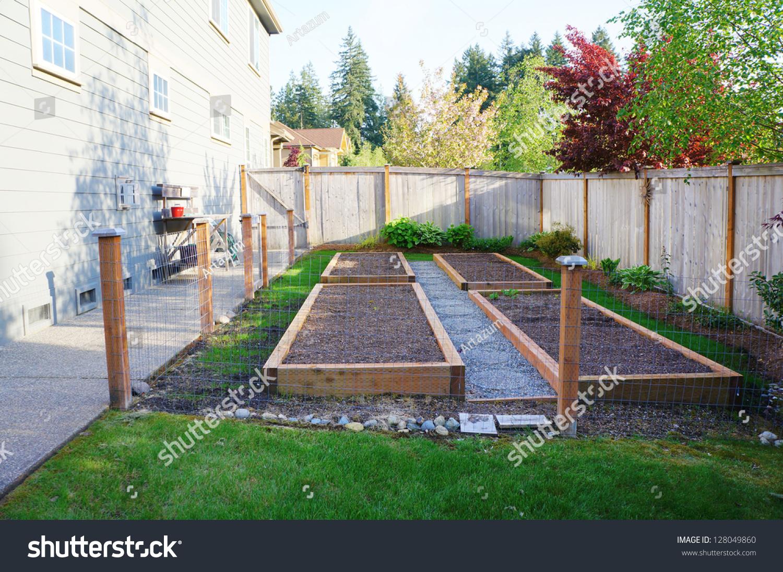 在房子附近的篱笆后院的小菜园