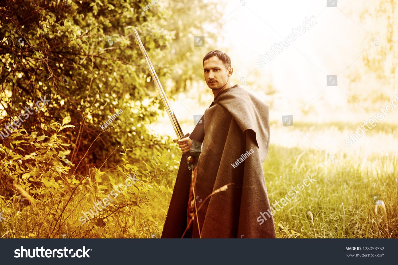 幻想的肖像用中世纪剑帅危险的人-人物,美容/时装服饰图片