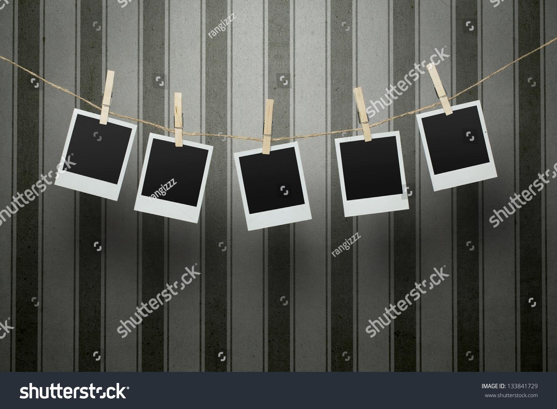 五空白的照片挂在晾衣绳上复古条纹背景帧的内部路径