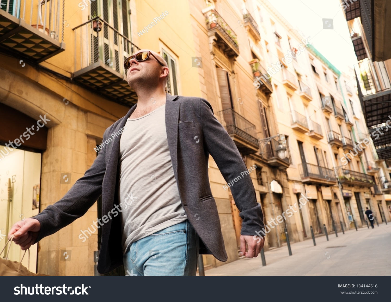 中年男子与购物袋户外散步-人物