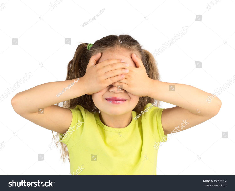 可爱的微笑的小女孩用手捂着眼睛
