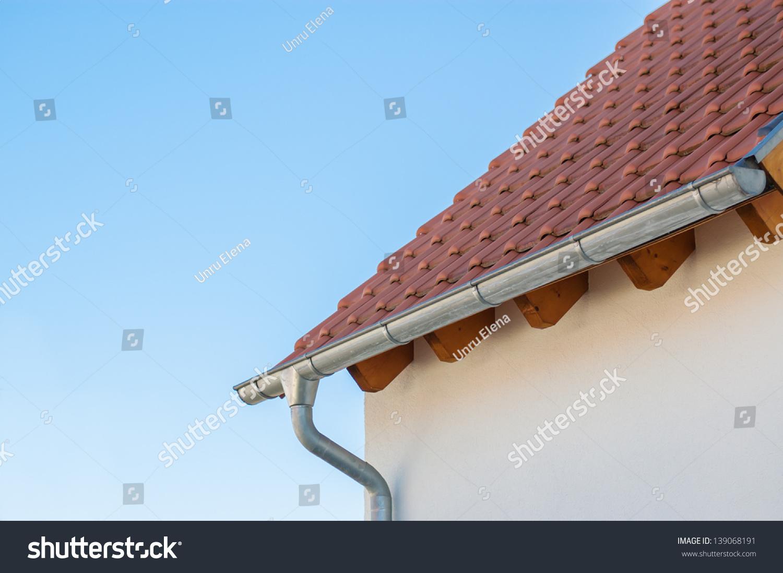 角落的房子屋顶排水沟和瓷砖在蓝天的背景
