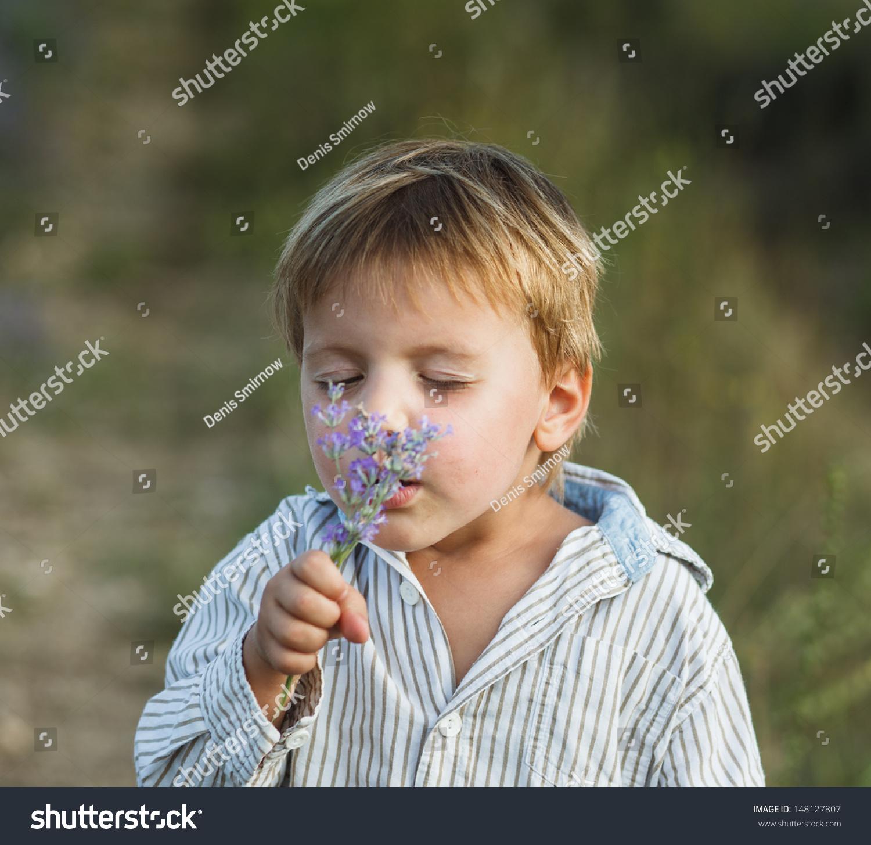小男孩在薰衣草领域.室外夏季肖像