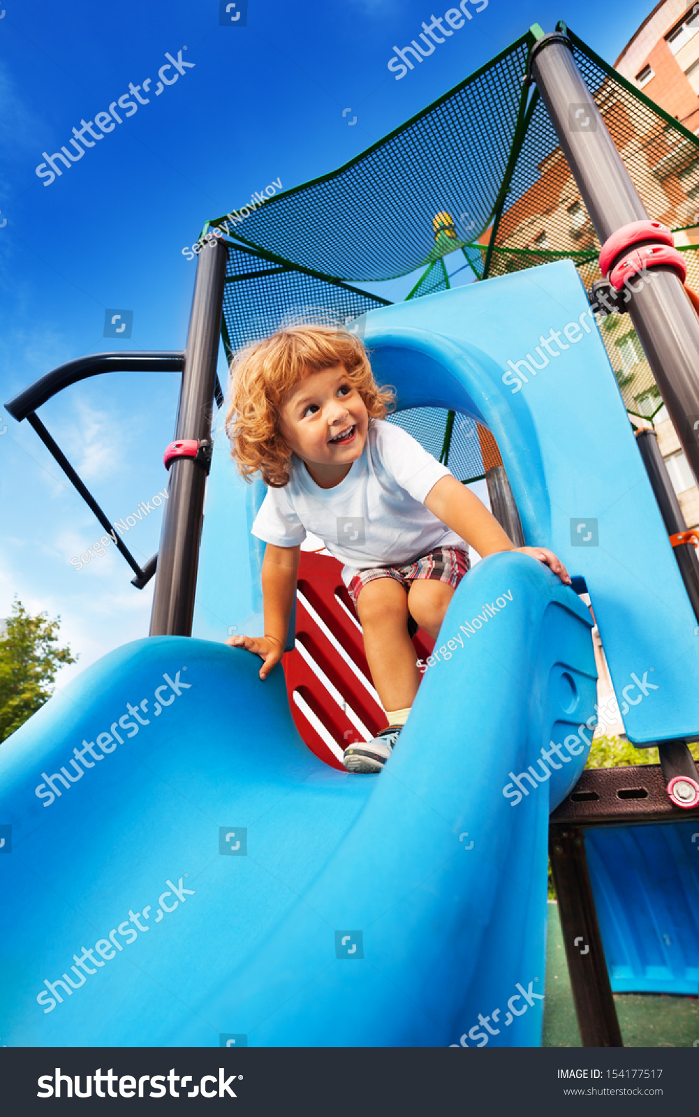 快乐的小男孩就要在蓝色的操场上滑行-人物-海洛创意