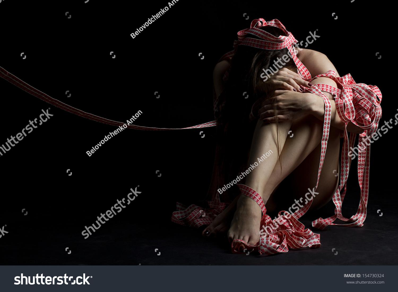 可爱的苗条女孩用绳子绑在黑色的背景上-人物,美容