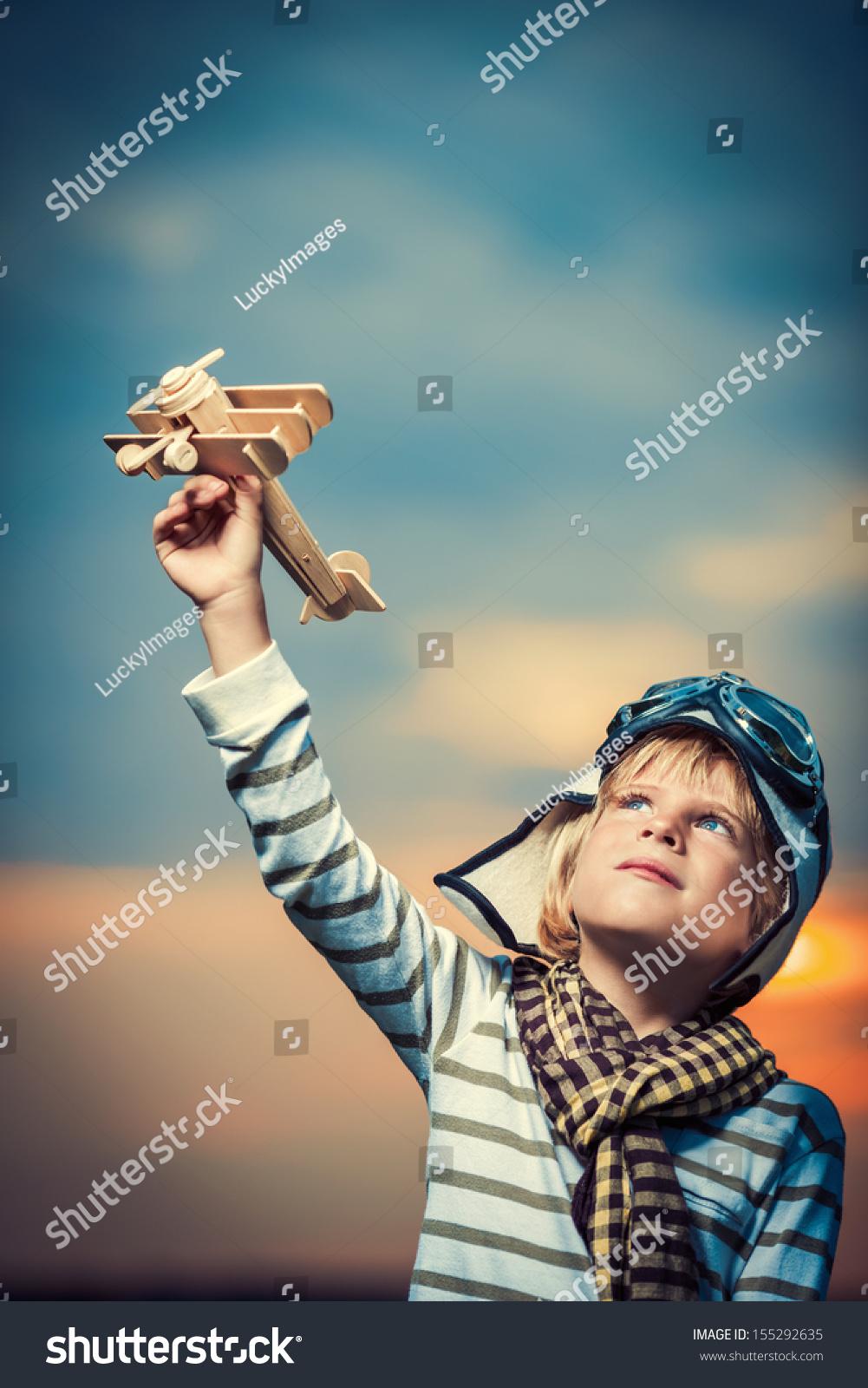 小男孩与木制飞机-人物,公园/户外-海洛创意(hellorf)