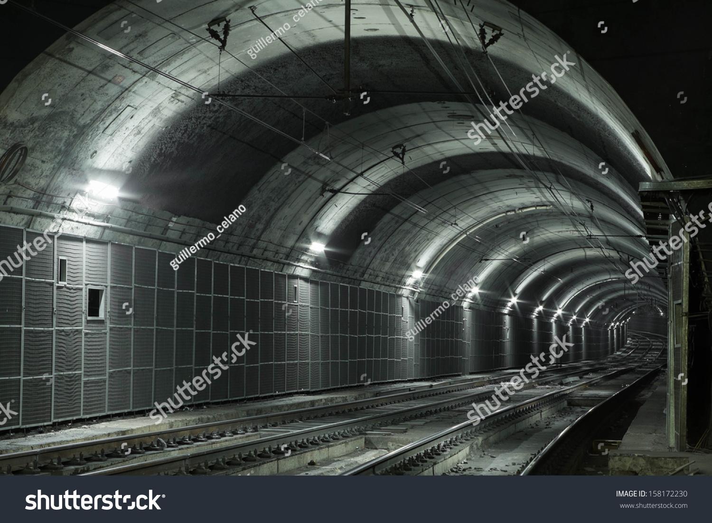 空荡荡的地铁隧道,两个铁路