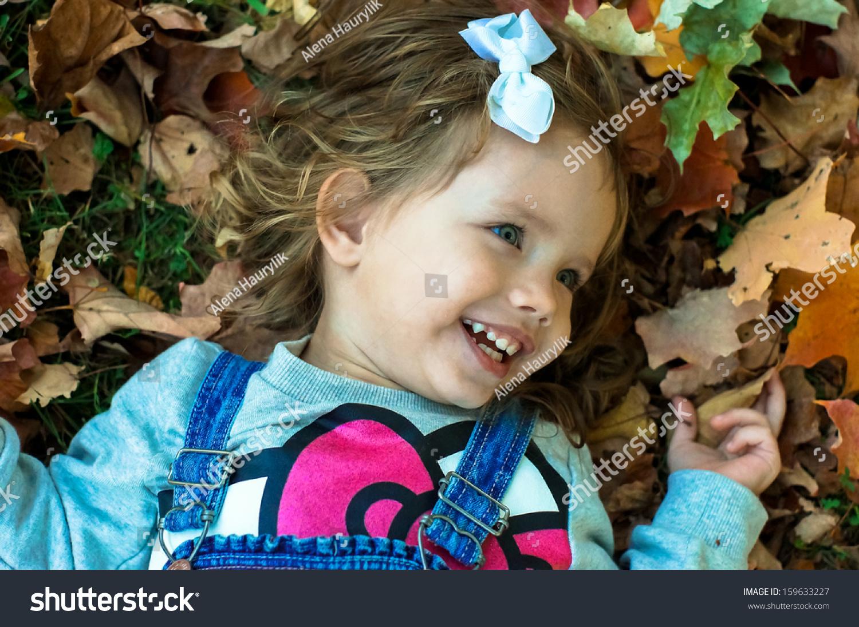 可爱的小女孩在森林里