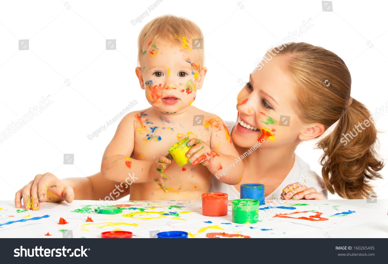 幸福的家庭的母亲和婴儿油漆颜色手脏孤立在白色背景