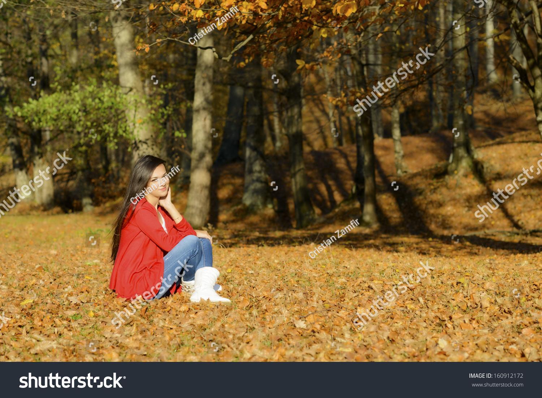 年轻女子在一个浪漫的秋天风景-人物,公园/户外-海洛图片