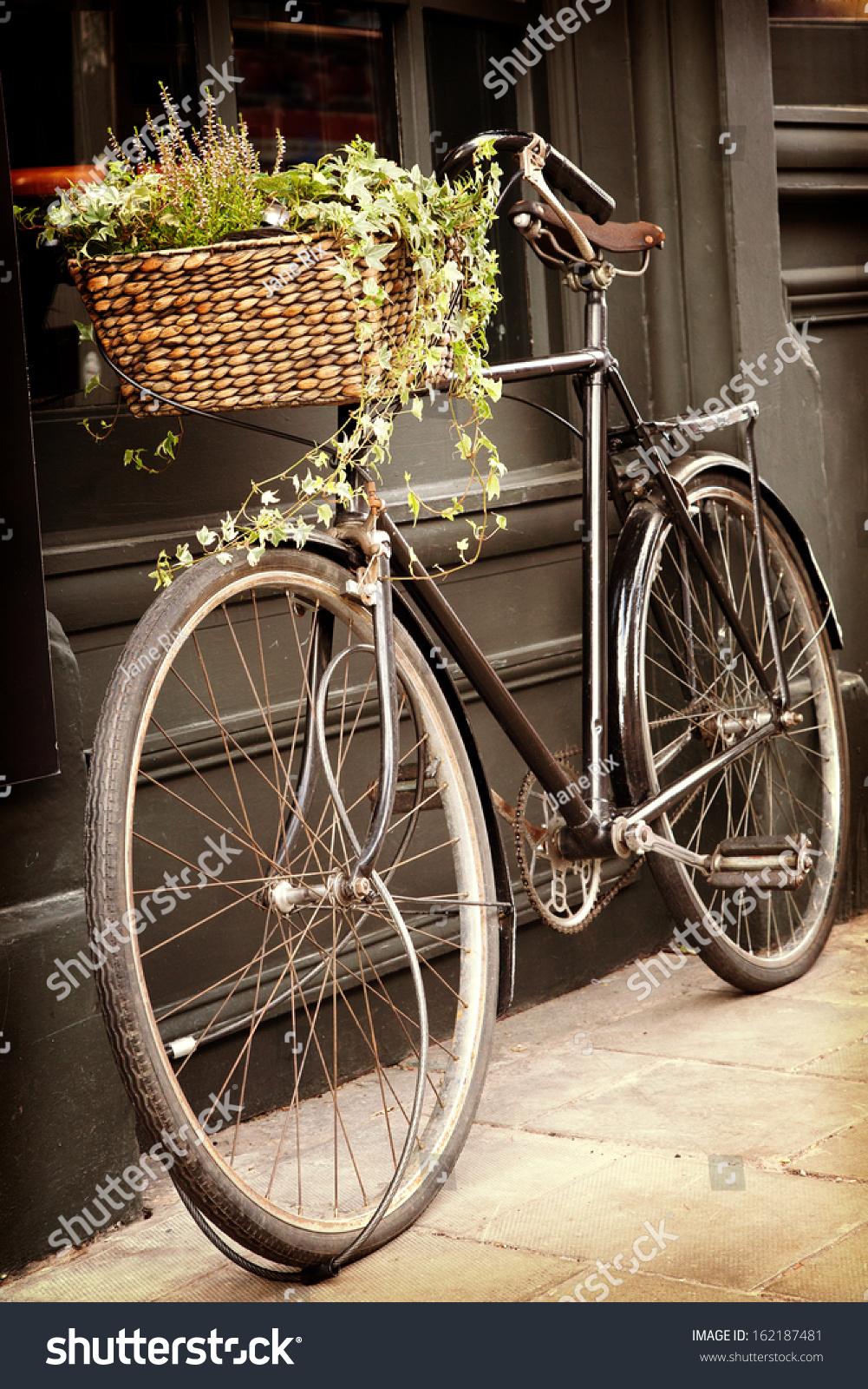 辆旧自行车用鲜花购物篮,靠在外面的建筑.复古风格.-.