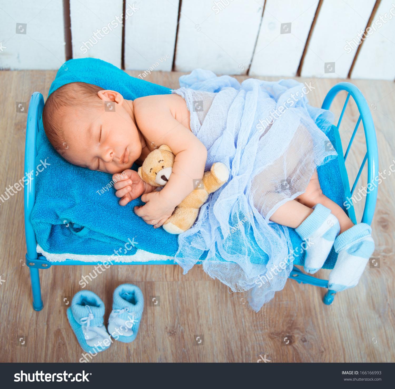 可爱的新生婴儿睡在一张小床上与泰迪熊-医疗保健,-()
