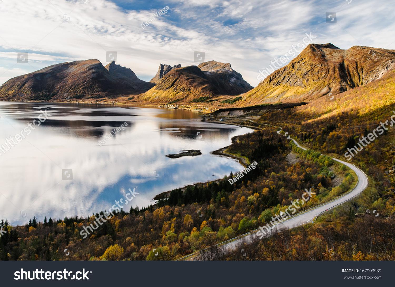 在美丽的全景senja岛在秋天