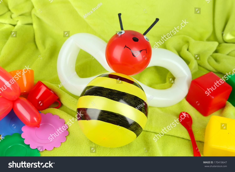 简单的气球动物蜜蜂,在明亮的背景