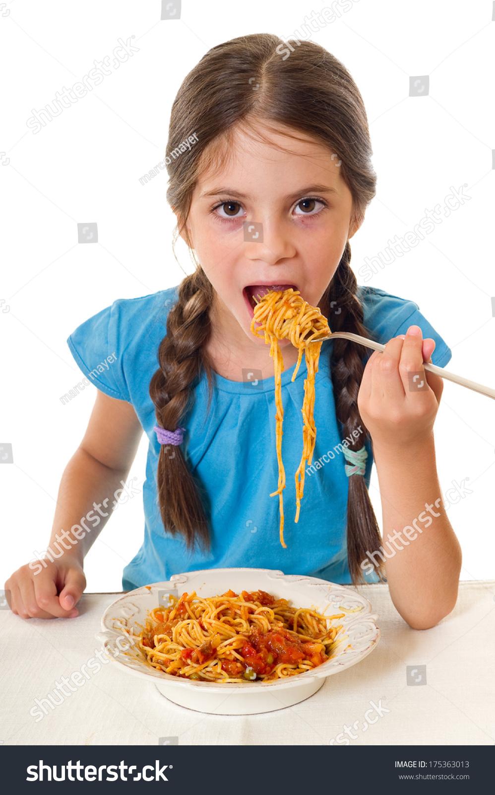 可爱的小女孩吃面条-人物-海洛创意(hellorf)-中国