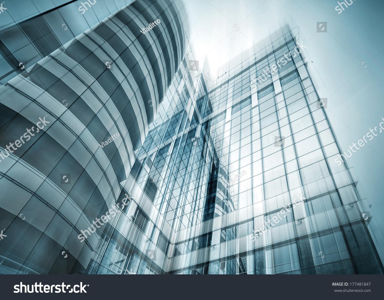 全景和广角透视视图钢铁的浅蓝色背景玻璃摩天大楼高层建筑,现代未来