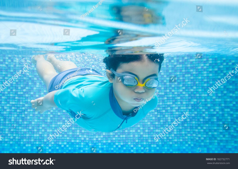 孩子在水下游泳在游泳池里