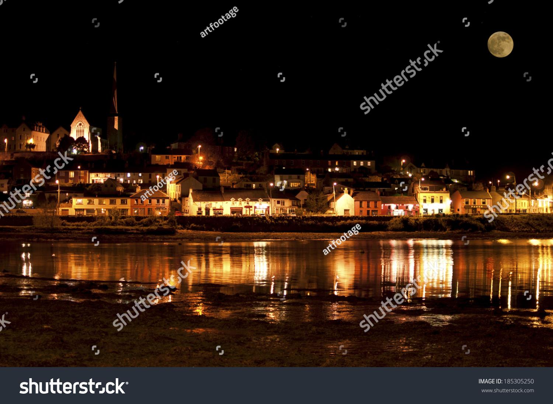电脑屏保欧洲小镇晚上风景照片