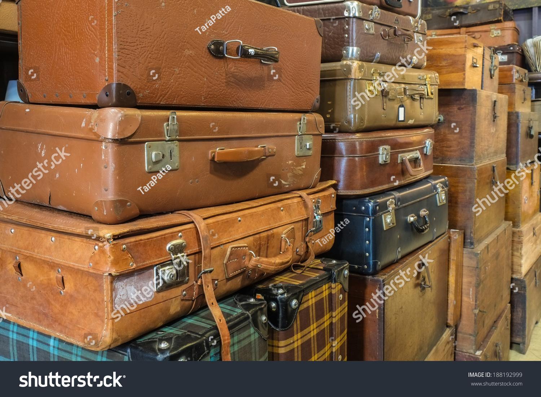 在仓库中的老式旧行李箱-背景/素材,复古风格-海洛()