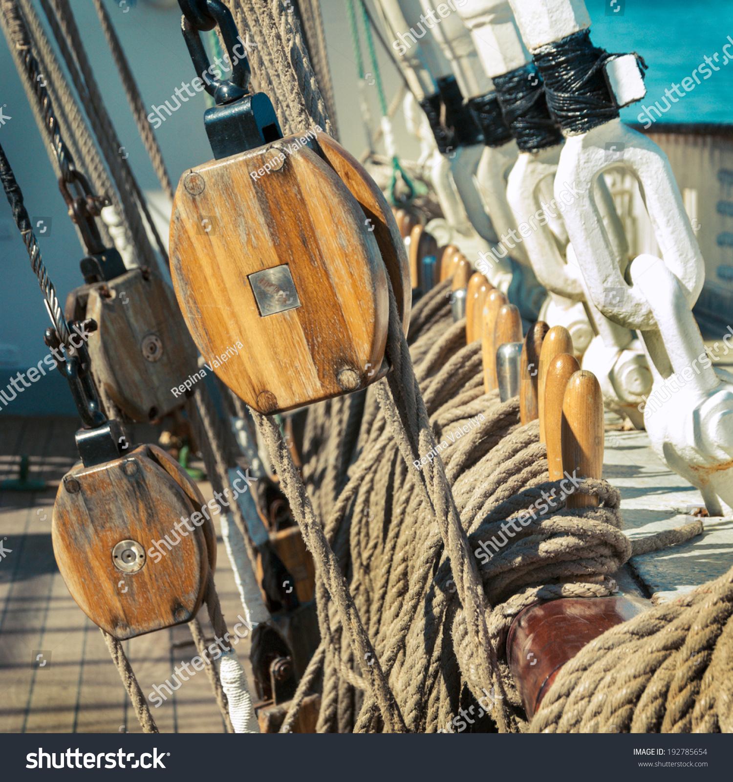 索具细节在旧船的桅杆.老木块帆绳.海洋滑轮特写镜头在旧船.