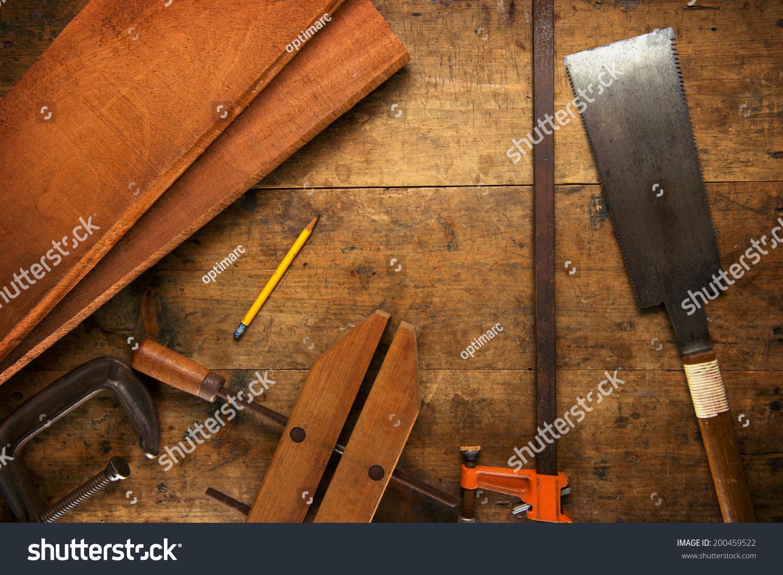 夹子和桃花心木木板在白炽灯下办公桌