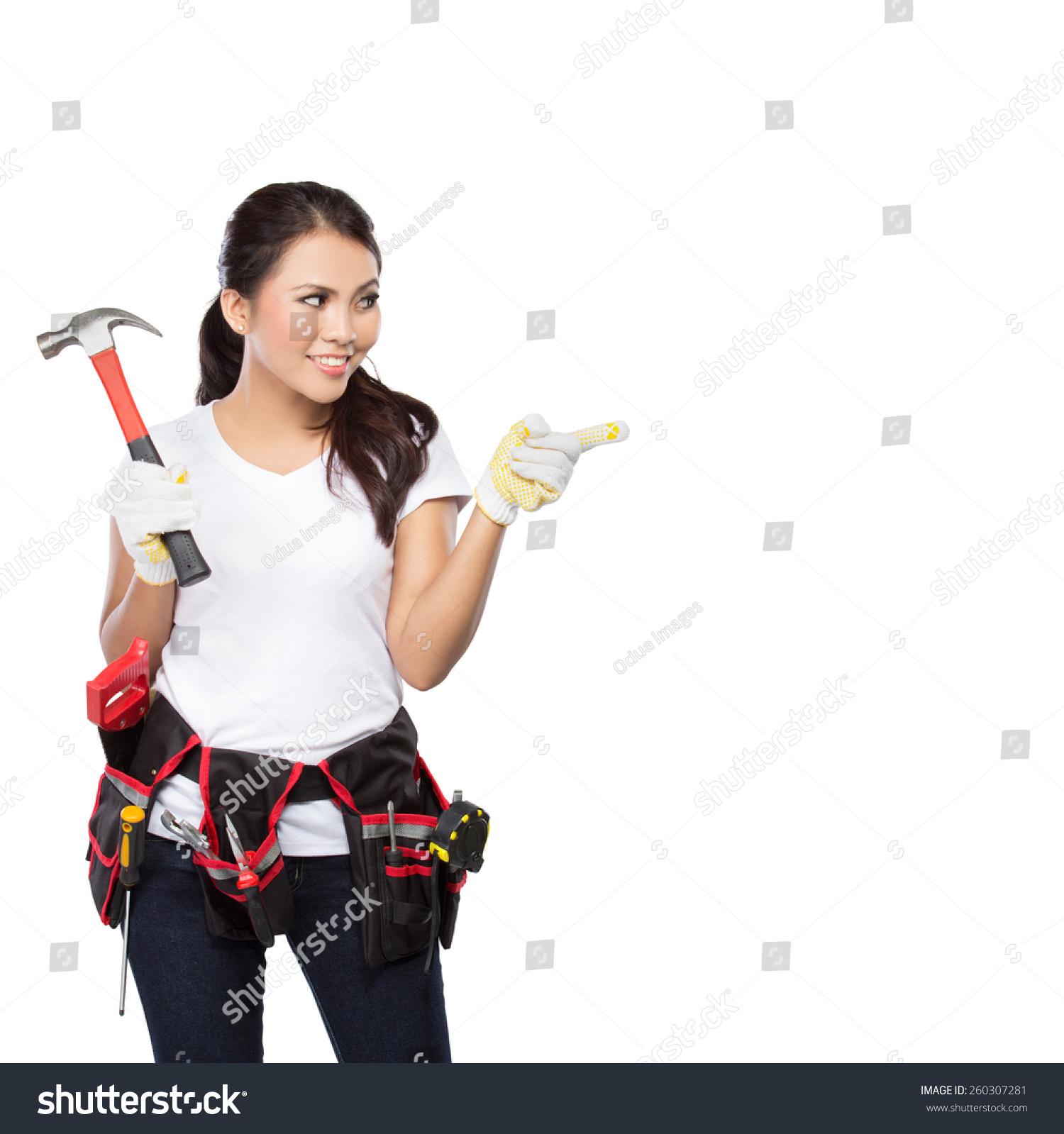 女建筑工人戴着工具充满了各种有用的工具和指向上