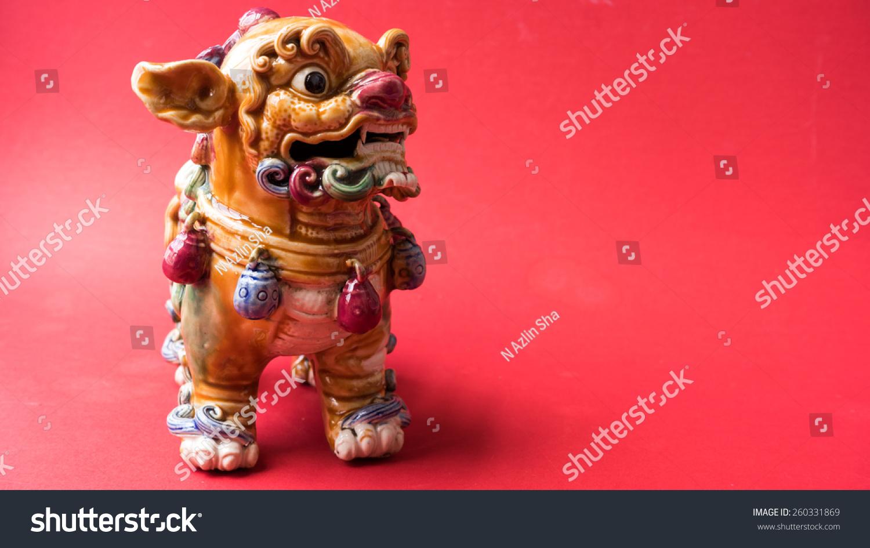 五颜六色的陶瓷狮子一古老神秘的动物雕像