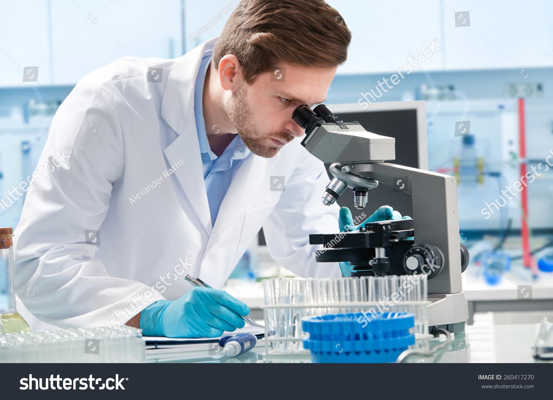 科学家在实验室中通过显微镜