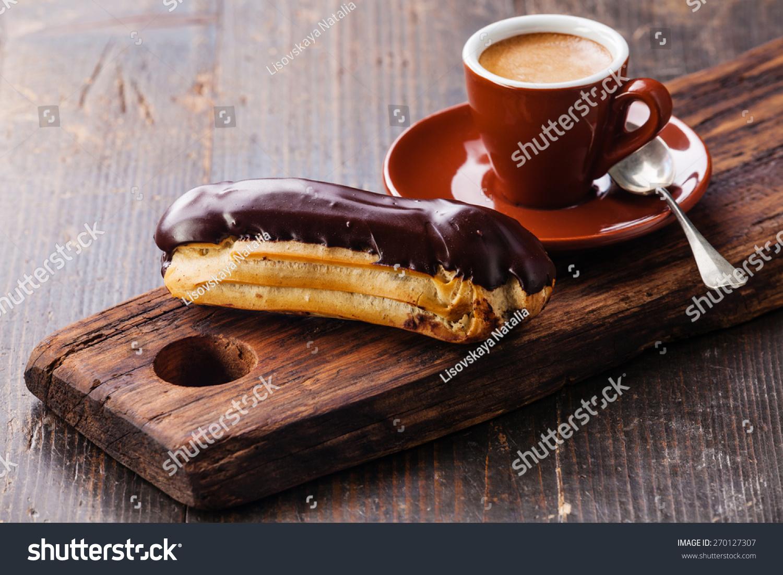 巧克力甜点和咖啡杯黑色木制背景-食品及饮料-海洛()