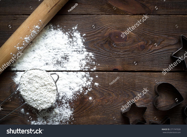 原料烹饪烘焙在漆黑的木头桌子