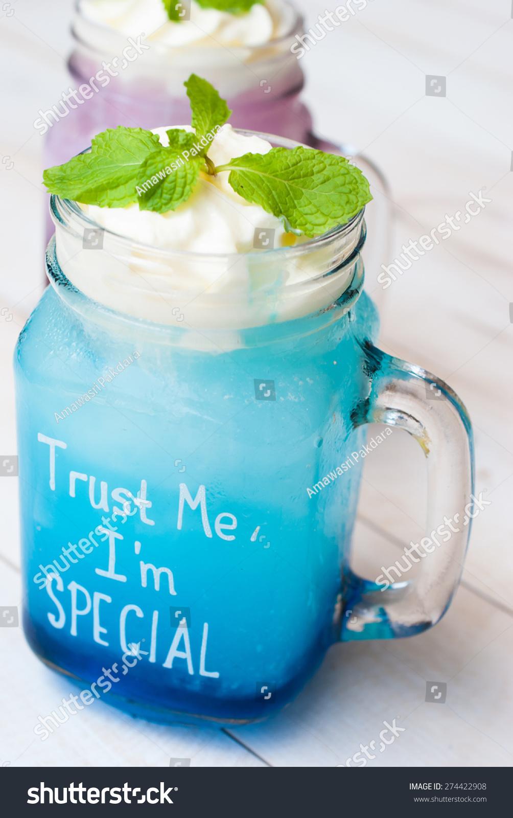 与蓝色夏威夷鸡尾酒杯,梅森罐-食品及饮料-海洛创意()