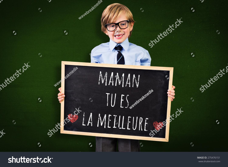可爱的小学生拿着黑板对绿色-人物,抽象-海洛创意()-.图片