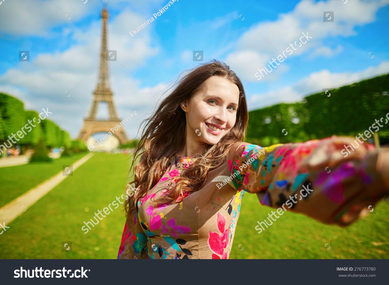 女游客在埃菲尔铁塔的微笑,使旅游自拍.美丽的欧洲在