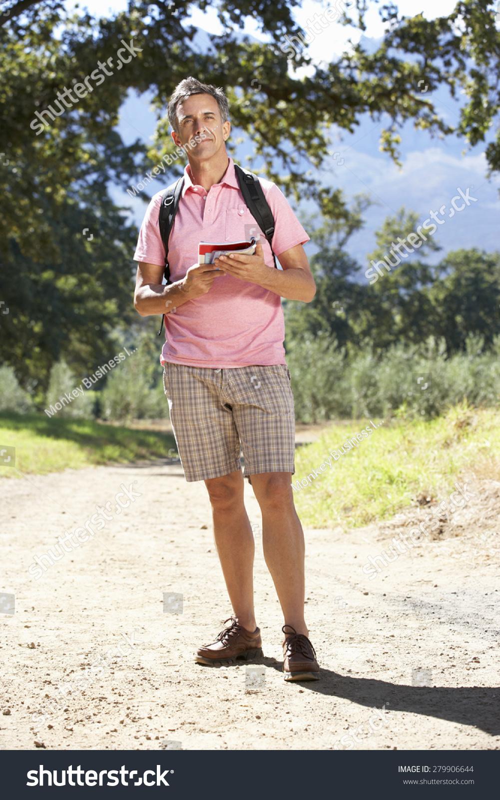 通过农村中年男人徒步旅行