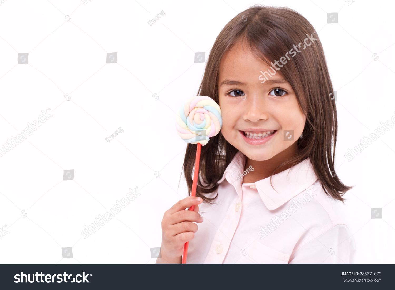 活泼可爱的小女孩与棉花糖甜柔和的颜色