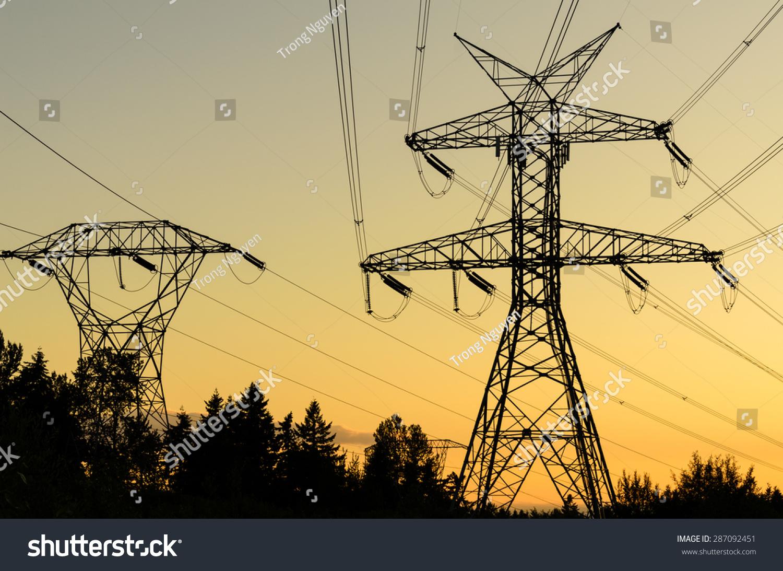 塔高压输电线路的剪影在日落在大快活