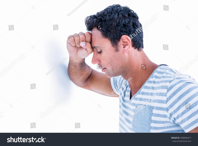 悲伤的人他的头靠着墙在白色背景上-物体