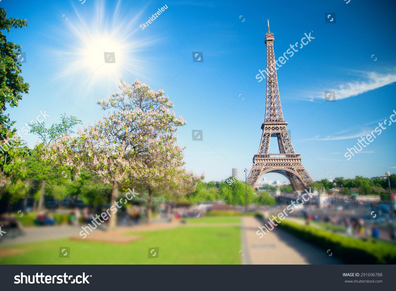 夏天太阳照耀在埃菲尔铁塔巴黎的象征