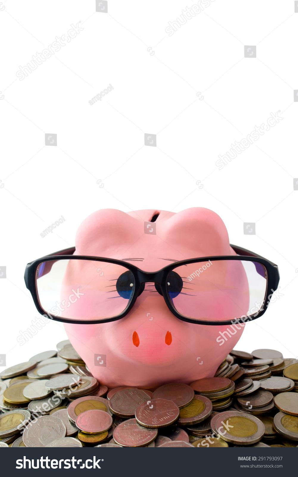 粉红色的扑满戴眼镜在硬币上复制空间,白色背景隔离