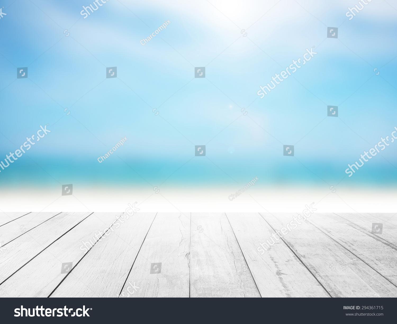 白色的木地板和模糊海洋海滩背景