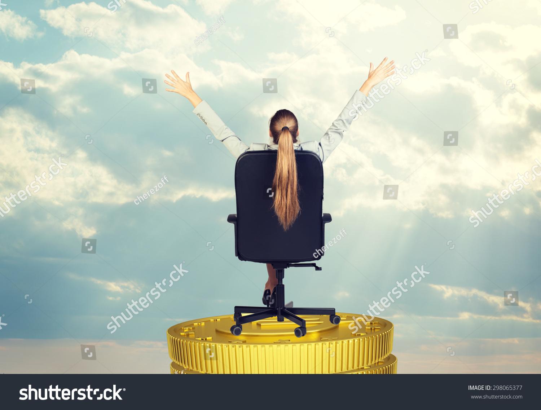 商人坐在椅子上硬币堆栈和抬头,后视图-商业/金融,-()