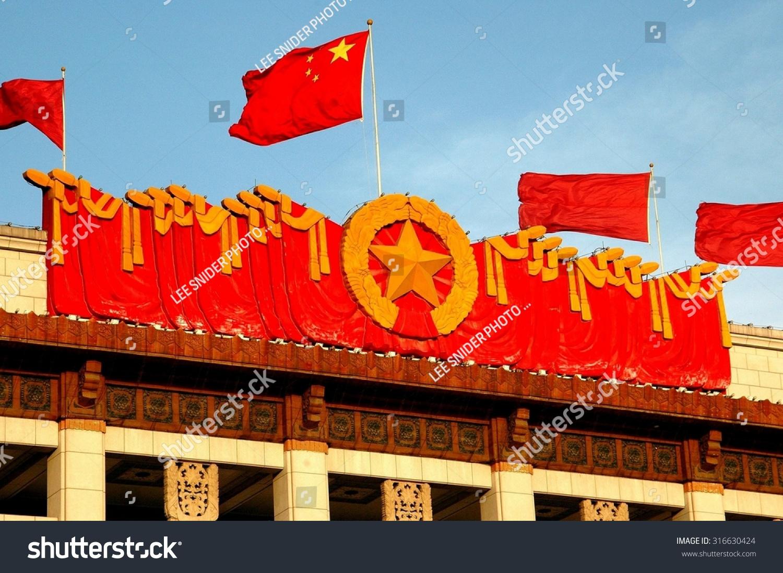 北京,中国——2005年5月1日:中国国旗上面飞一个巨大.