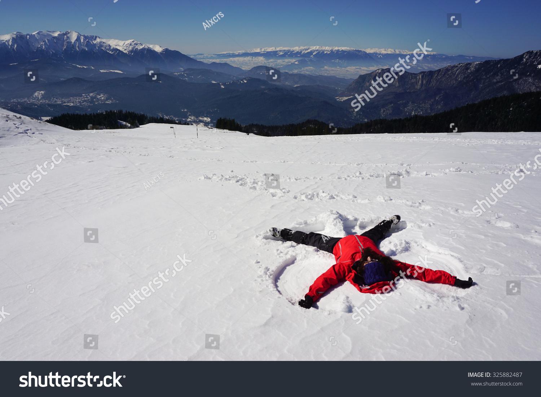 请登录 | 预览大图  年轻女子做雪天使山区的罗马尼亚 原标题 young