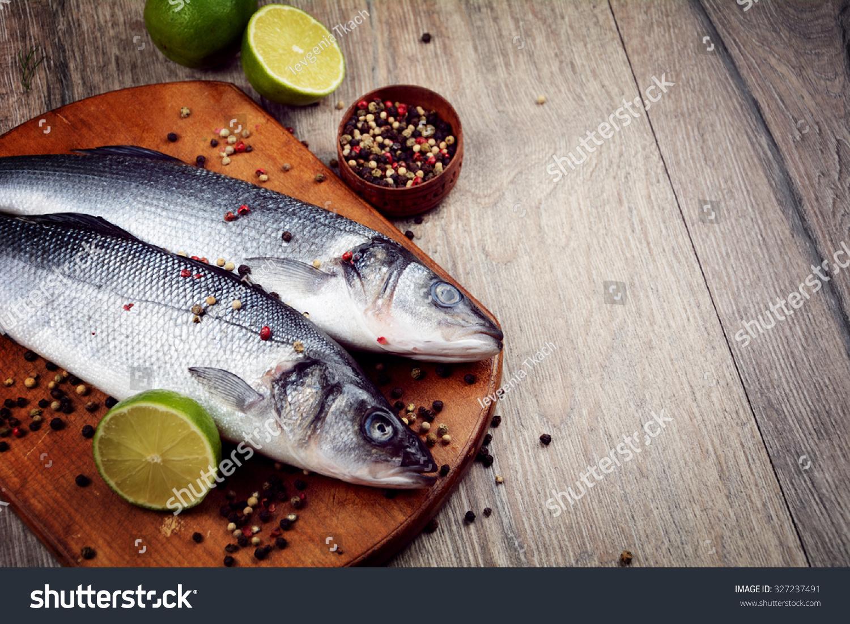 蔬菜在木板上原鳎鱼-食品及饮料-海洛创意(hellorf)-.