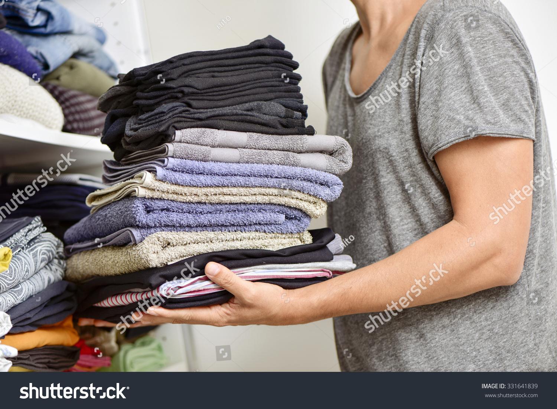 一堆不同的折叠衣服