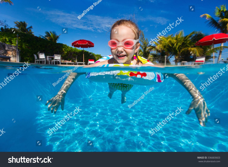 可爱的小女孩在游泳池
